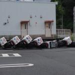 【衝撃写真】「ドミノピザがドミノ」になっている!? 台風の影響でドミノ状態になったドミノピザのバイクが話題に!?