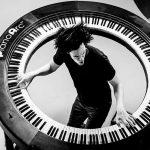 レディーガガのバンドメンバーによって作られた円形キーボード・Piano Arcがクール過ぎてヤバイ!